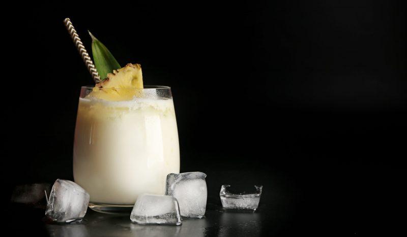 Коктейль с кокосовым ликёром и соком манго