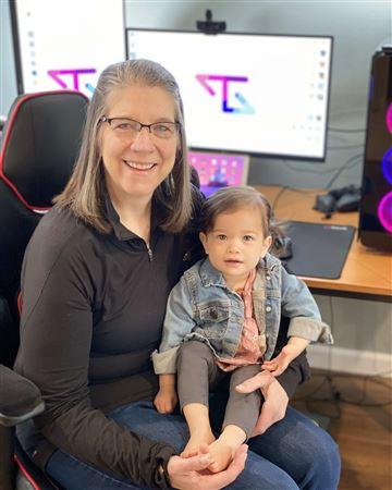 Мишель Стэтхэм, также известная как TacticalGramma, стала сенсацией TikTok как стример по видеоиграм | Бабушка играет в Call of Duty