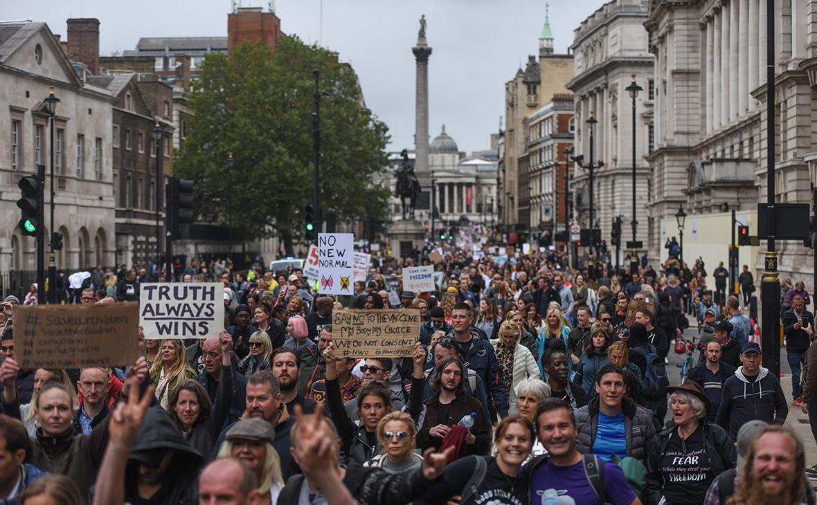 В Лондоне тысячи людей вышли на протест против COVID-паспортов