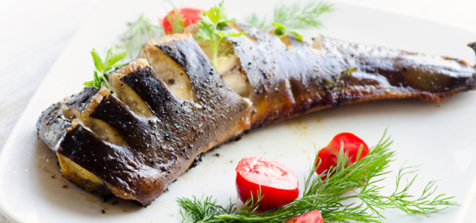 Как-то купил сома и решил его пожарить. Если вы пробовали приготовить эту рыбу на сковороде, угадайте, что получилось   Как приготовить сома в духовке?