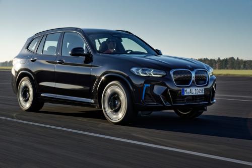 BMW представляет обновленный электрический кроссовер iX3