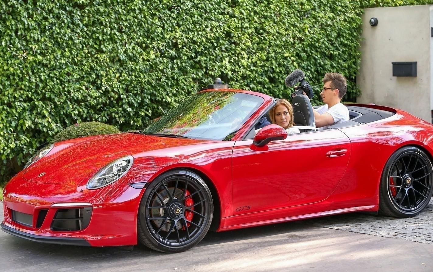 Алекс Родригес,позирует с красным Porsche, который он когда-то подарил бывшей Дженнифер Лопес