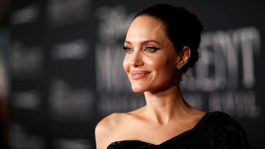 Анджелина Джоли толкнула Сальму Хайек лицом в торт